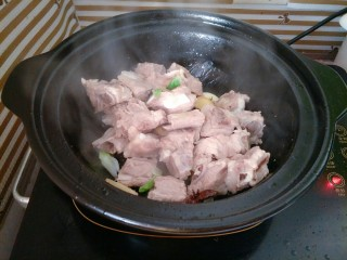 土豆烧排骨,烹入料酒