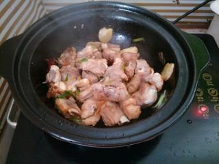 土豆烧排骨,烹入生抽老抽炒匀