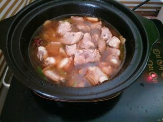 土豆烧排骨,加入适量水、冰糖炖煮半个小时