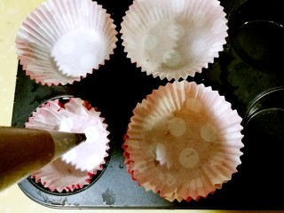 巧克力马芬蛋糕,取一个高的直筒杯子,将裱花袋撑开放入,将面糊装入裱花袋。选稍大一些的裱花嘴,不然挤的时候容易堵塞。