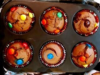 巧克力马芬蛋糕,将装满面糊的纸杯烤盘放入烤盘,下火200度5分钟,上下火200度10分钟。