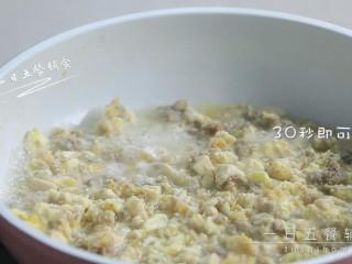 牛肉干贝鸡蛋豆腐羹,将鸡蛋打散,淋入搅匀,30秒即可出锅。