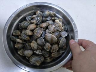 辣炒花蛤,我们买的都是吐的很干净的花甲,所以只需要洗一洗就可以了。