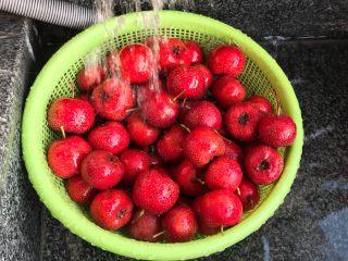 椰蓉山楂球,食材处理:新鲜山楂用水冲洗干净