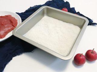 椰蓉山楂球,准备一个烤盘 倒入适量的椰蓉