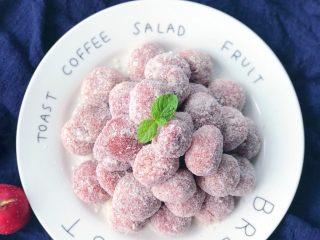 椰蓉山楂球,  剩余的山楂泥搓成小球依次在椰蓉上滚一圈完成啦 如果没有椰蓉也可以在山楂球上浅浅的撒一层糖粉或者白砂糖
