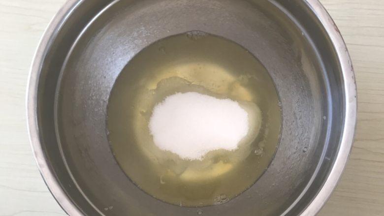 红丝绒蛋糕,四:蛋清➕糖2用电动打蛋器打发至湿性8分大弯钩状态