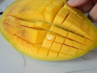 芒果蛋挞,芒果对半切开,画花刀