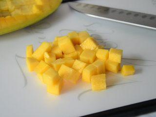 芒果蛋挞,取出芒果肉