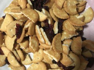 网红雪花酥,饼干掰成两半,蔓越莓切碎备用