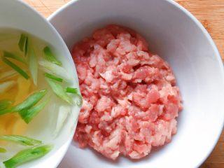 萝卜肉丸汤,加入适量葱姜汁