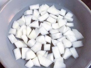 萝卜肉丸汤,锅中倒入适量清水,放入切好的白萝卜,大火烧开。
