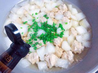 萝卜肉丸汤,加入葱花,再滴几滴香油拌匀即可。