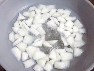 萝卜肉丸汤,待萝卜烧至八成熟时,转最小火。