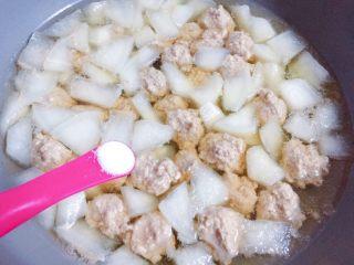 萝卜肉丸汤,加入适量盐调味。