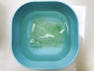 椰奶冻,吉利丁片用冰水泡软备用