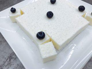 椰奶冻,可以撒点椰蓉和蓝莓装饰