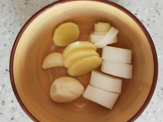 家常炖鸡肉,葱姜蒜切段备用