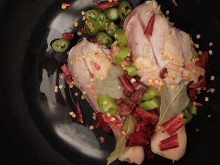 家常炖鸡肉,鸡腿放至高压锅底部,放入调味料