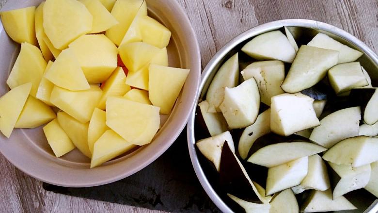 地三鲜,土豆去皮洗干净,切成滚刀块装盘备用,切子也是切滚刀块。