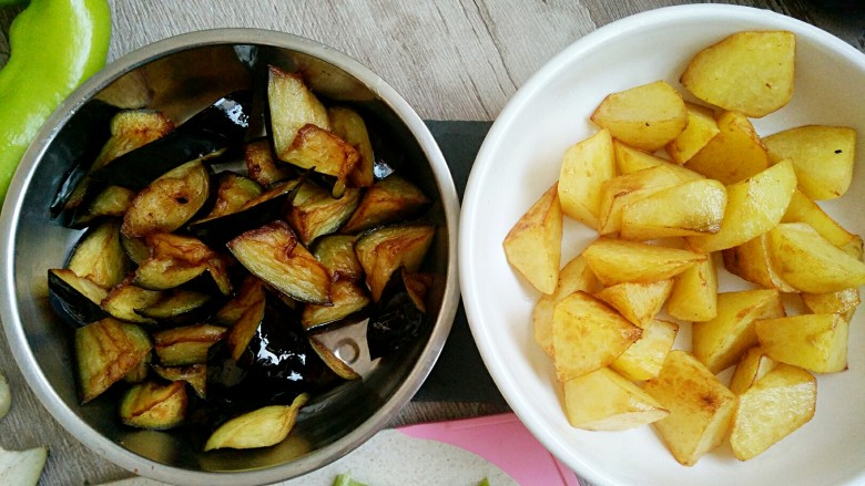 地三鲜,这样把炸好的茄子和土豆分别装在盘子里,备用。
