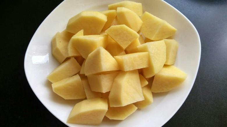 土豆炖牛肉,土豆切块并泡入水中以免变色。