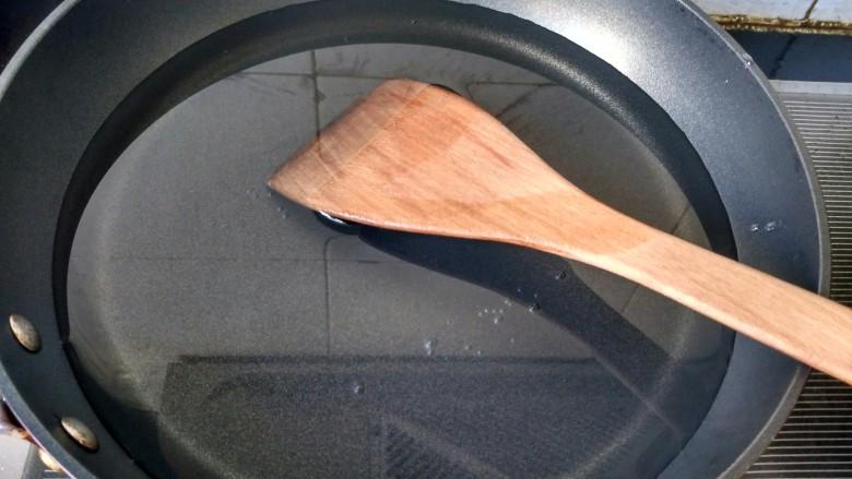 土豆炖牛肉,牛肉冷水下锅,焯水。