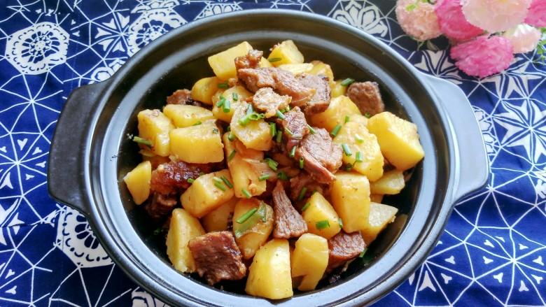 土豆炖牛肉,出锅,装盘,牛肉软烂,土豆粉糯,香味浓郁,好吃的停不下来。