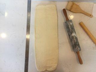 可颂,面团降温好后,将其擀至60x20的长方形,并将刚刚处理好的黄油置与中间。