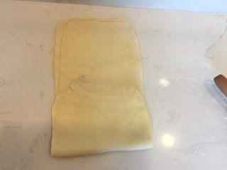 可颂,将面团划分为3部分,最下一部分向上折起,上部分再降整体覆盖住。放入冷冻室降温20min。