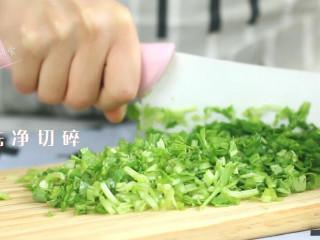 青菜华夫饼,早晨起床,青菜洗净切碎。