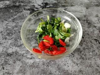台式吃法_清蒸龙利鱼,枸杞和香菜末(配到蒸好的鱼上面),会很有品相和食欲。