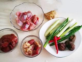 超级下饭菜~小炒鸡杂,所需食材备齐