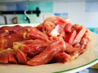 超级下饭菜~小炒鸡杂,鸡心洗净切片