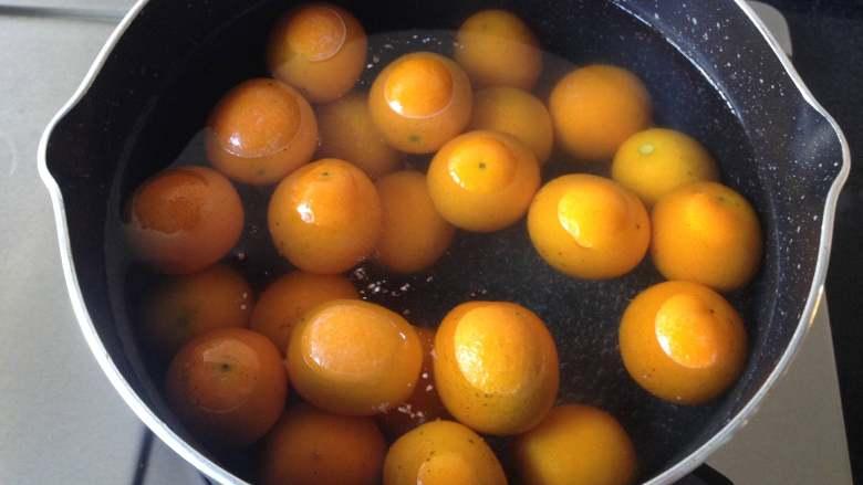 金桔酱,水开后倒入金桔煮3分钟捞出,再次冲洗干净