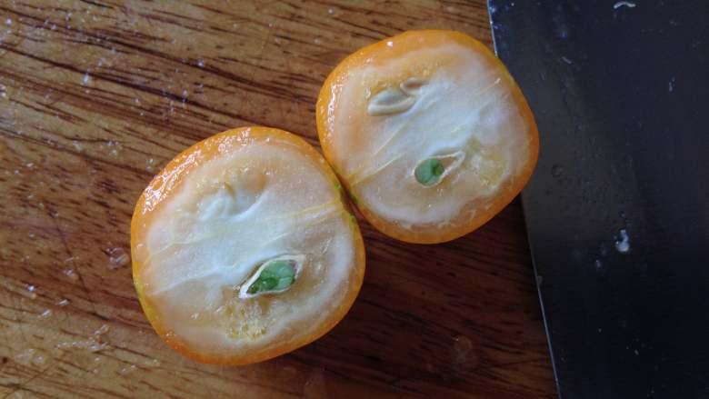金桔酱,金桔切开后把籽去掉