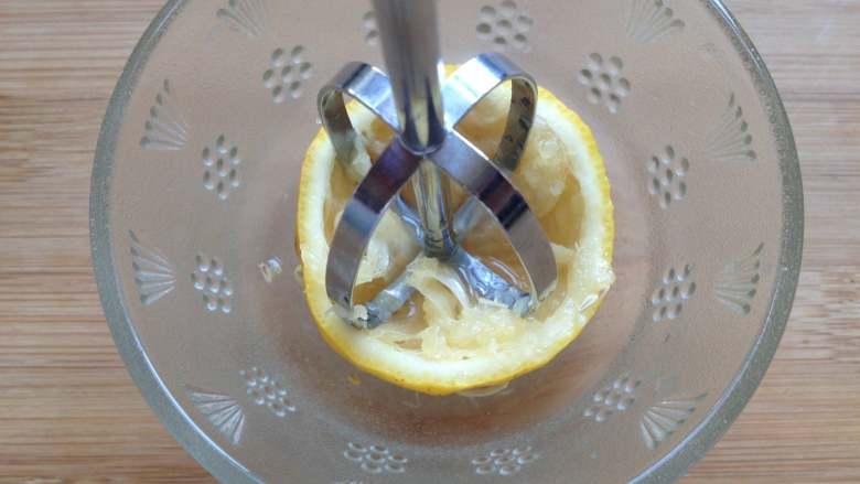 金桔酱,取半个柠檬,用打蛋棒用力朝一个方向旋转,<a style='color:red;display:inline-block;' href='/shicai/ 919'>柠檬汁</a>会很快挤压出来