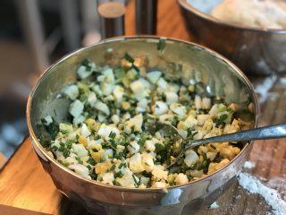 蛋葱油饼,将鸡蛋和葱花里加1/2汤匙盐和1/4汤匙黑胡椒粉、搅拌均匀. 试一下、如果不够咸再加点盐.