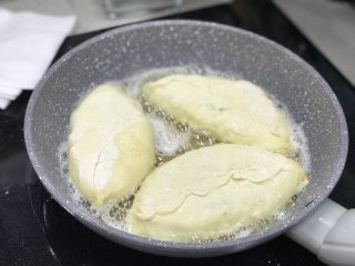 蛋葱油饼,平底锅里加入1/3杯油、开很小火.