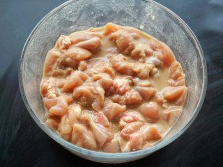 宫保鸡丁,用料酒、1/2的淀粉、酱油、盐码味  叨叨叨:添加少量的酱油可以增色