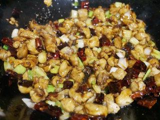 宫保鸡丁,翻炒均与后将调好的碗汁倒入锅中快速拌匀