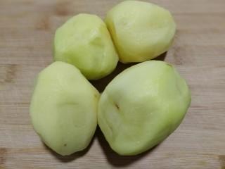 酸辣土豆丝,土豆去皮洗干净。