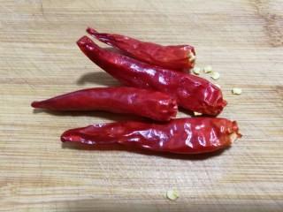 酸辣土豆丝,准备4个朵椒。