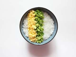 三色亲子丼稀饭(适合11个月龄以上的宝宝),摆在西兰花碎一边