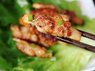 ≈杏鲍菇小肉卷≈,喜欢口味重一些的可以把锅里剩余的酱汁淋到肉卷上。是不是很像排骨😄
