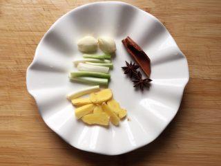 排骨藕汤,将香料洗净,葱姜蒜切好。