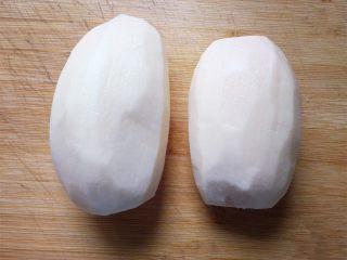 排骨藕汤,将莲藕去皮洗净,切成小块。