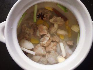 排骨藕汤,加入足量的清水。