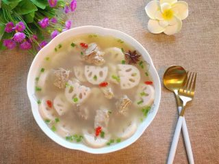 排骨藕汤,出锅装盘,撒上葱花即可食用。(我还放了几颗枸杞当点缀)