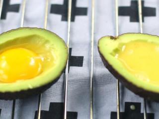 鸡蛋芝士焗牛油果,将蛋液填进去,可以是整颗蛋黄加一点蛋白,也可以是全蛋液。